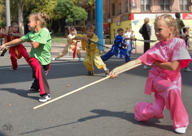 Спортсмены секции ушу выступают на дне города Мариуполя