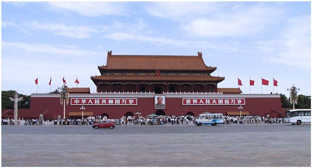 Площадь Тяньаньмэнь огромна