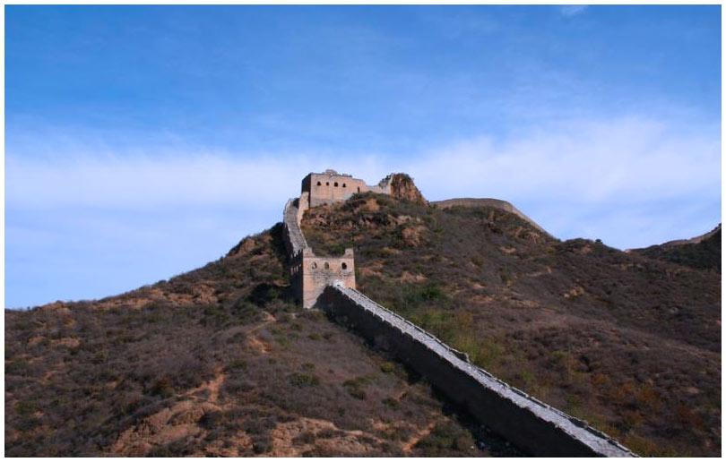 Издалека Вершина Золотых Гор напоминает дракона, который ползет по склонам гор