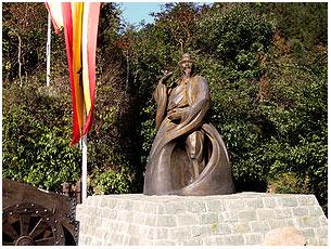 Памятник Чжан Саньфэну, установленный на горе Уданшань