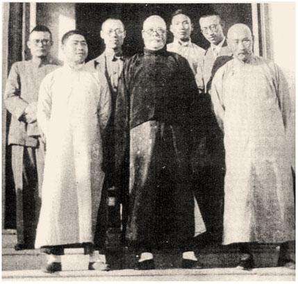 В центре Yang Cheng Fu, справа Fu Zhen Song, слева Fu Zhong Wen. На заднем плане отец Мастера Фу, Fu Wing Fay (сын Fu Zhen Song)