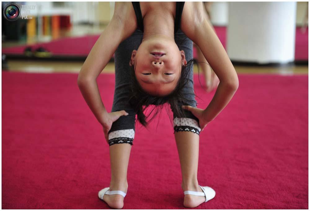 Девочка в гимнастическом классе рекреационного центра в Шэньяне, провинция Ляонин, 12 сентября 2010 года. По выходным здесь тренируется более 30 детей в возрасте от 6 до 14 лет. (REUTERS/Sheng Li)