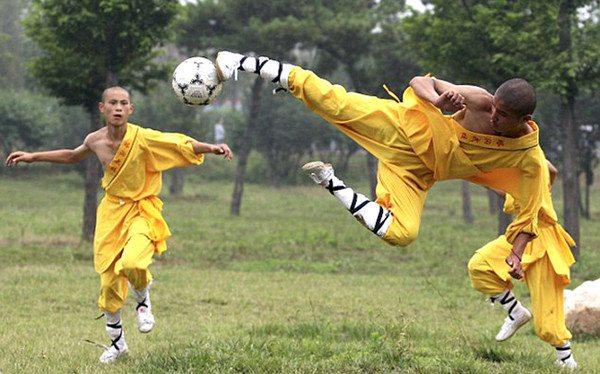 Монахи Шаолиня играют в футбол