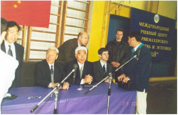 Май 2001 года, Санкт-Петербург, 1-й чемпионат России по традиционным комплексам ушу. На фото слева направо: Кан Гэу, Цай Лунъюнь, Мэнь Хуэйфэн, С.Березнюк. У стола стоил Лю Юнсян. Сзади - Г.Музруков и С.Сахаров