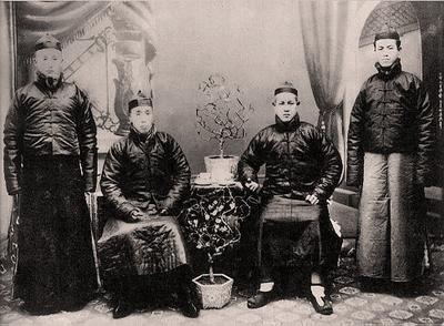 На фото Чэн Тинхуа (сидит справа)