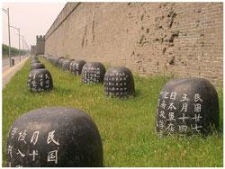 Вдоль южной стены крепости установлены ряды каменных бочек