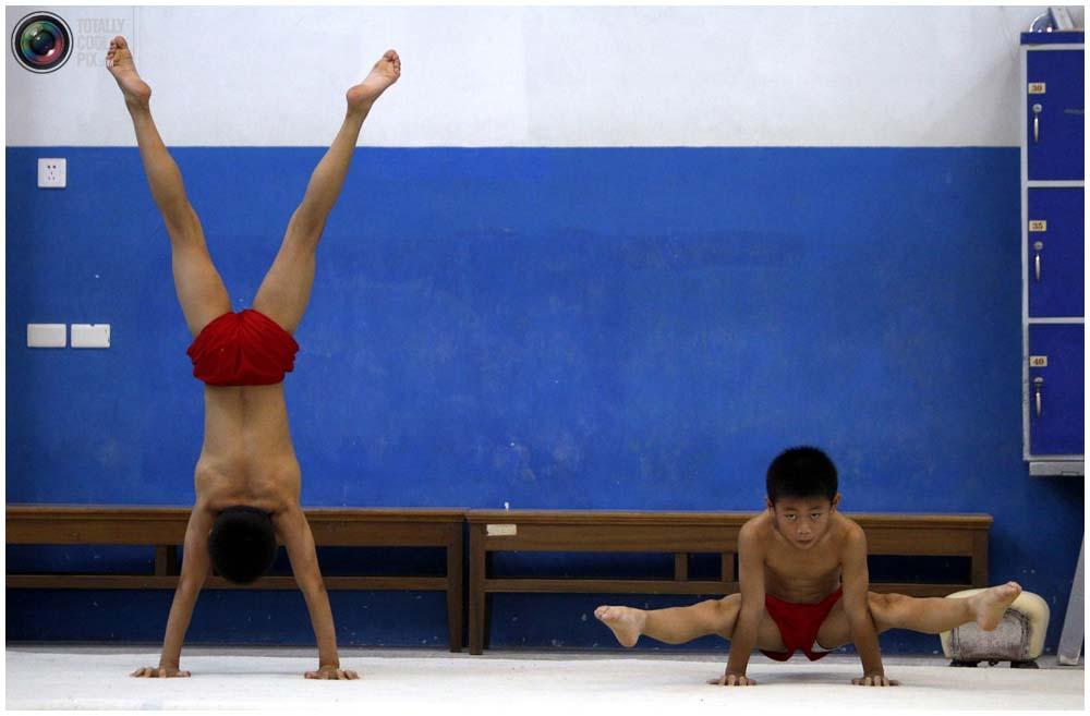 Растяжка в спортивной школе Шичахай в Пекине, 18 августа 2010 года. (REUTERS/David Gray)