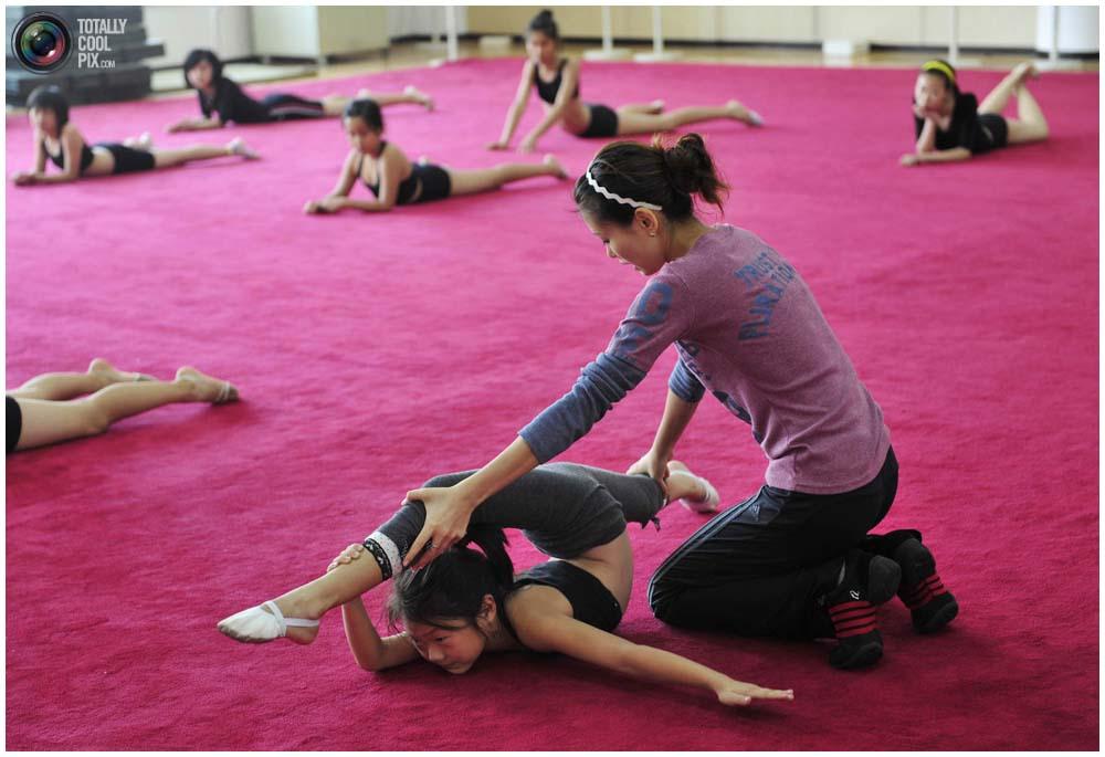 Тренер со своей группой в гимнастическом классе рекреационного центра в Шэньяне, провинция Ляонин, 12 сентября 2010 года. По выходным здесь тренируется более 30 детей в возрасте от 6 до 14 лет. (REUTERS/Sheng Li)