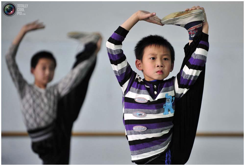Учащиеся на тренировке, в зале школы пекинской оперы Шэньянского университета в Шэньяне, провинция Ляонин, 3 ноября 2011 года. (REUTERS/Sheng Li)